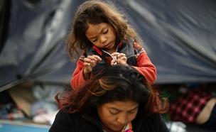"""משפחות על גבול מקסיקו - ארה""""ב (צילום: רויטרס, חדשות)"""