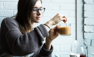 בחורה מערבבת קפה (צילום: alex-boyd, unsplash)