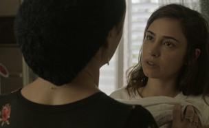 """""""היא עובדת בחברת ויטמינים, לא ג'יימס בונד"""" (צילום: מתוך """"כפולים 2"""", קשת 12)"""