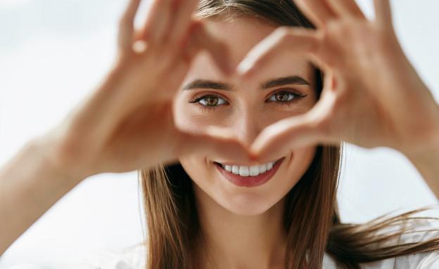 אישה מחייכת (צילום: Puhhha, shutterstock)