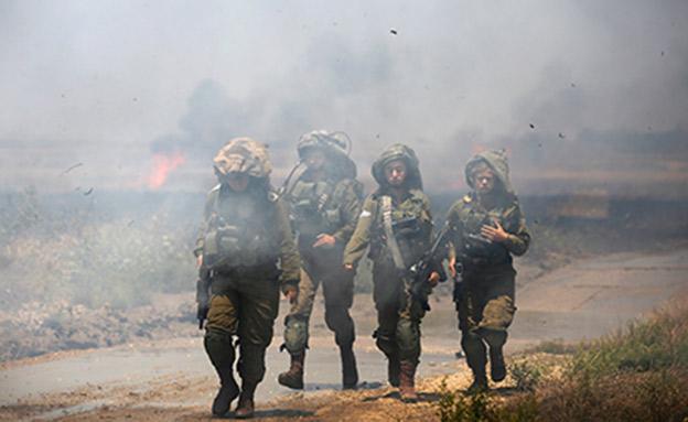 """לוחמי צה""""ל בגדר הגבול (צילום: רויטרס, חדשות)"""