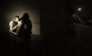 זוג מתנשק (צילום: shutterstock | golubovystock)