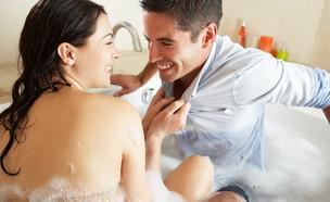 אישה מושכת גבר לאמבט קצף (אילוסטרציה: kateafter | Shutterstock.com )