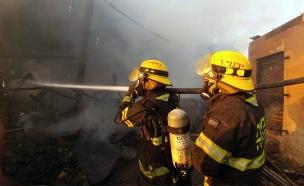 """לוחמי האש בשריפה בבית מאיר (צילום: דוברות כב""""ה מחוז י""""ם, חדשות)"""