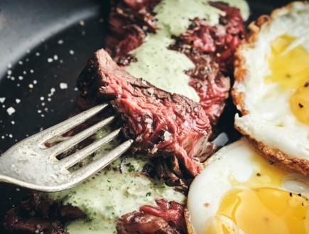 מינוט סטייק אנד אגס: פלאנק סטייק, טחינה ירוקה וסלט