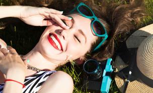 אישה מחייכת (צילום: shutterstock By Diana Indiana)