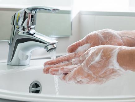 שטיפת ידיים (צילום: Alexander Raths, shutterstock)
