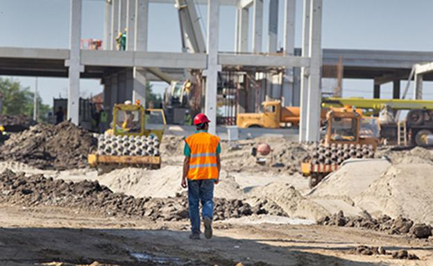 למרות ההבטחות - פועלי בניין עובדים בגובה רב ללא... (צילום: 123RF, חדשות)