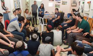 קורי אשכנזי במפגש עם תלמידי ישיבתה צביה בפתח תקווה (צילום: נתנאל גדעוני)