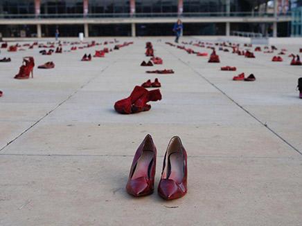 מייצג מחאה כנגד רצח 24 נשים