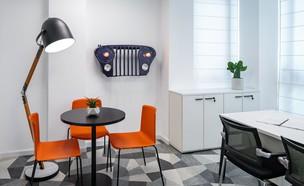 העובדים שעיצבו את המשרדים בעצמם (צילום: עוזי פורת)