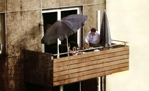 מנגל על המרפסת (אילוסטרציה: By Dafna A.meron, shutterstock)