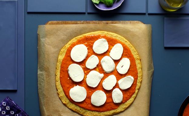פיצה כרובית עם עגבניות ומוצרלה פרסקה (צילום: בבושקה הפקות, מחלבות גד)