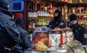 כ-90 מחברי הארגון נעצרו (צילום: sky news, חדשות)