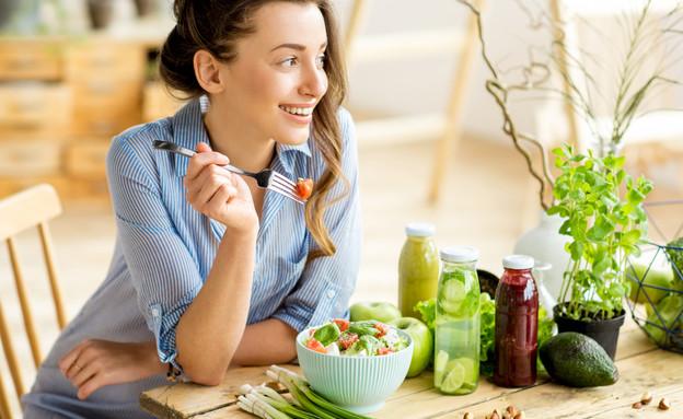 אישה אוכלת סלט (צילום: kateafter | Shutterstock.com )