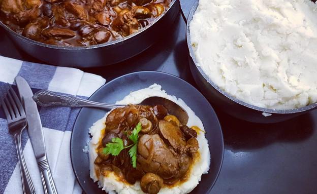 כבדי עוף עם פטריות וערמונים, פירה וסלט (צילום: יונית סולטן צוקרמן, אוכל טוב)