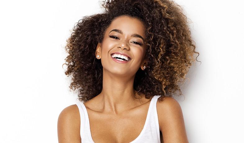 אישה יפה מחייכת  (צילום: shutterstock By kiuikson)