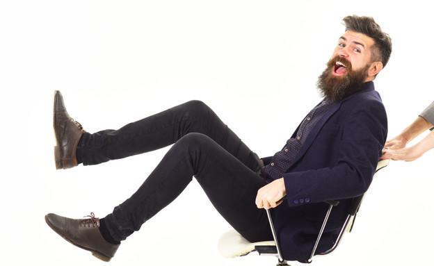 גבר יושב על כסא משרדי (צילום: Just dance)
