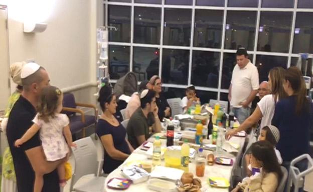 ארוחה משותפת של הילדים במחלקה (צילום: החדשות)