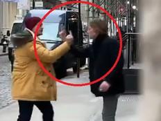 שני גברים צולמו רבים ברחוב - והפכו לוויראליים