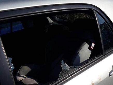 רכב של עובדת סוציאלית שהותקף (צילום: חדשות)