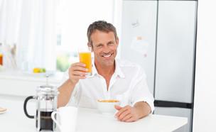 גבר שותה מיץ תפוזים (צילום:  wavebreakmedia, shutterstock)
