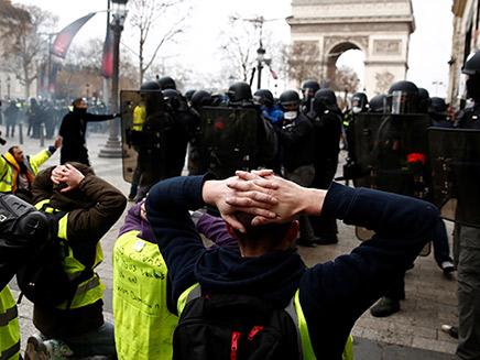 פריז בלהבות: חודש של מחאה