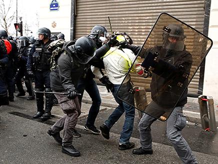 עימותים קשים בין המפגינים לרשויות