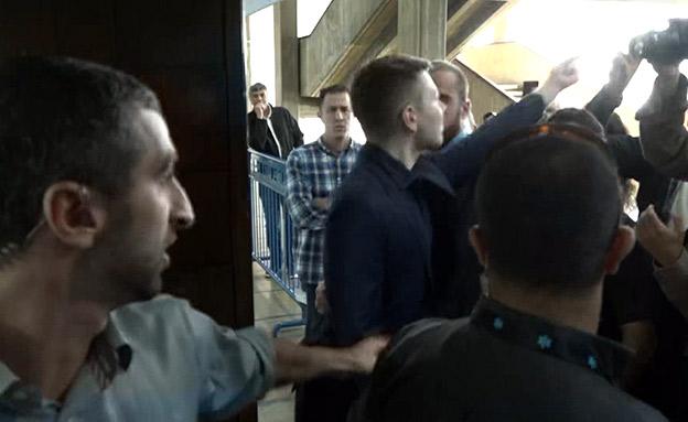 מהומה לפני דיון בבית המשפט עם יאיר נתניהו (צילום: החדשות)