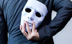 איש עם מסיכה (צילום: By Dafna A.meron, shutterstock)