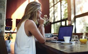 אישה ומחשב (צילום: shutterstock | GaudiLa)