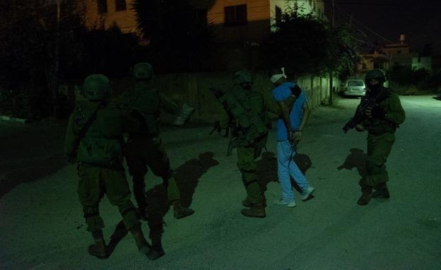 """מעצר חשודים ע""""י כוחות הביטחון (צילום: דובר צה""""ל, חדשות)"""