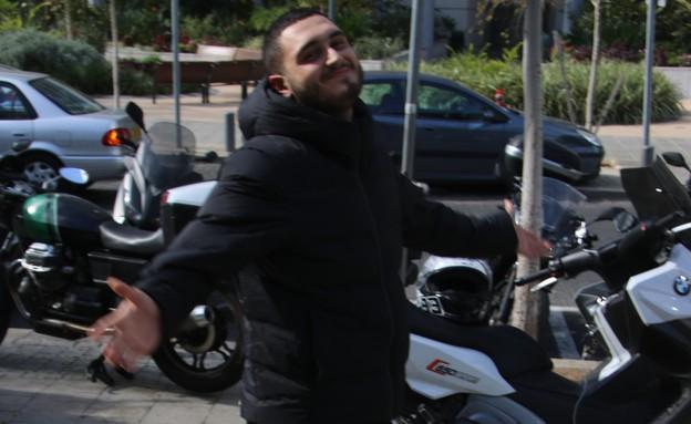 נדב גדג' והאופנוע (צילום: פול סגל)
