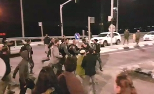מתנחלים מפגינים בגבעת אסף (צילום: קובי ריכטר / TPS, חדשות)