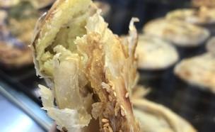 בורקס רמלה - בורקס תפוחי אדמה ממולא בביצה, חמוצים  (צילום: איילה כהן, אוכל טוב)
