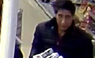 הגנב, כפי שנתפס במצלמות האבטחה (צילום: מתוך עמוד הפייסבוק שלמשטרת בלאקפול, חדשות)