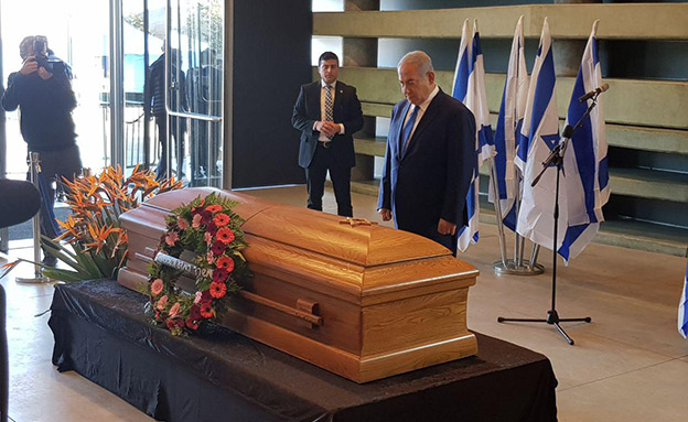 ראש הממשלה בנימין נתניהו לצד ארונה של רונה רמון (צילום: החדשות)