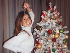 קורל הצטלמה עם עץ חג המולד וגרמה לסערה