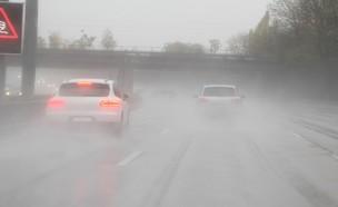 מכוניות בגשם (צילום: mahc, shutterstock)