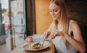 אישה אוכלת (צילום:  Estrada Anton, shutterstock)