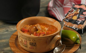 """מרק שעועית עם נקניקיות (צילום: יח""""צ מעדני יחיעם)"""