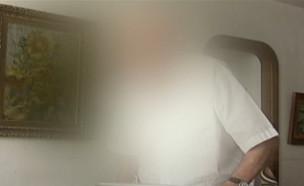 """עובדת חברת עוקץ קשישים מכה על חטא (צילום: מתוך """"חדשות הבוקר"""" , קשת 12)"""