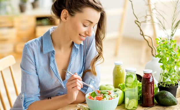 אישה אוכלת סלט (צילום: RossHelen, shutterstock)