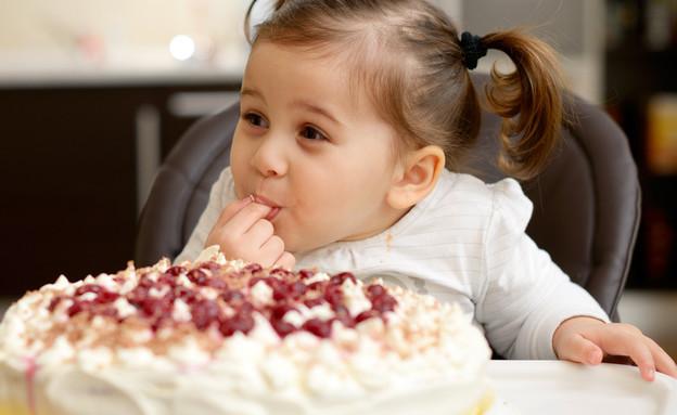 ילדה אוכל עוגת יומולדת (צילום: By aaltair, shutterstock)