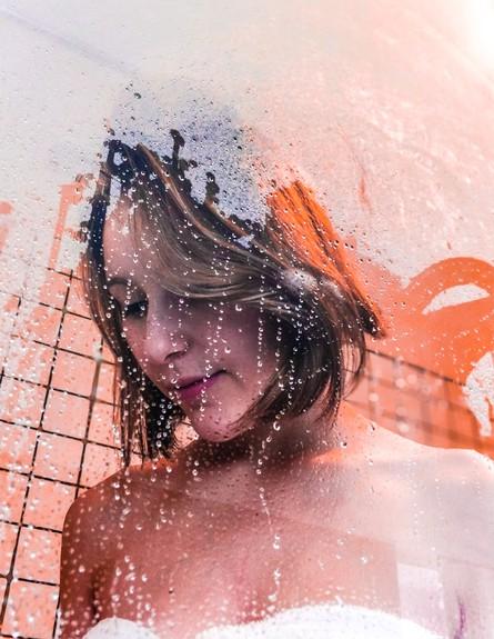אישה במקלחת (צילום: valentin-lacoste, unsplash)