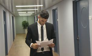"""ישראל אוגלבו קיבל תפקיד ראשון בטלוויזיה (צילום: מתוך """"ערב טוב עם גיא פינס"""", שידורי קשת)"""