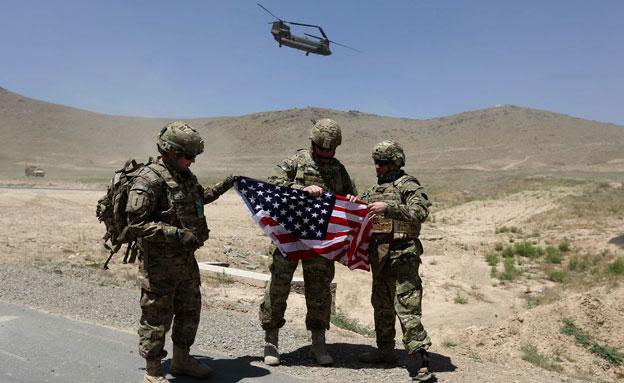 הודה לחיילים על שירותם (צילום: רויטרס, חדשות)
