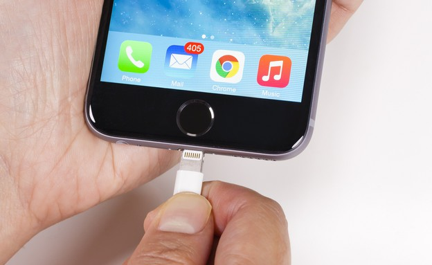 אייפון וכבל הטענה מסוג Lightning (צילום: ShutterStock)