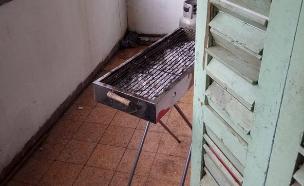 ככל הנראה הדליקו מנגל בדירה (צילום: דוברות המשטרה, חדשות)