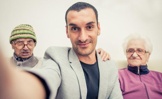 הורים עם בנם (צילום: kateafter | Shutterstock.com )